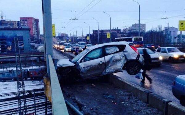 В Ростове на Стачки женщина-водитель врезалась в ограждение моста