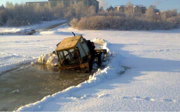 В Сыктывкаре трактор провалился под лед