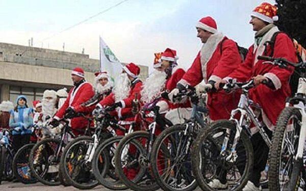 В Санкт-Петербурге состоялся велопробег Дедов Морозов с внучками