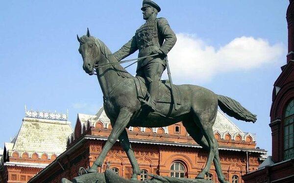В Москве на Манежной площади будет два памятника Жукову - старый и новый