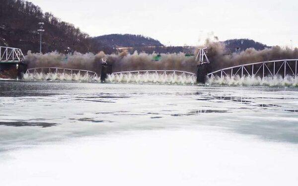 Взрыв столетнего моста, соединявшего Питсбург и Оукмонт, запечатлели на видео