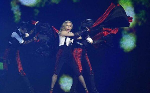 Конфуз на Brit Awards: мадонна упала во время выступления