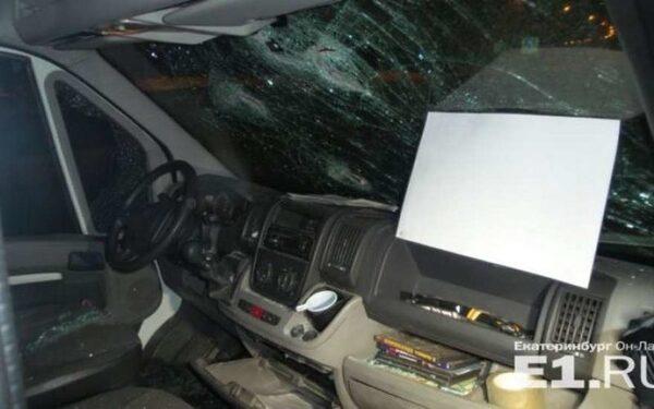 Под Екатеринбургом четверо мужчин битами разбили маршрутку