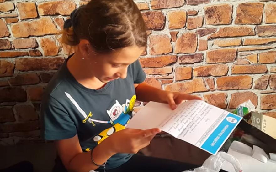Видеоблогерша получила письмо и подарок
