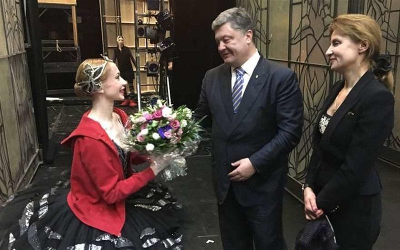 Порошенко напился в Берлинской опере и вылез на сцену, шокировав всех зрителей. Небывалое представление на день рождения первой леди