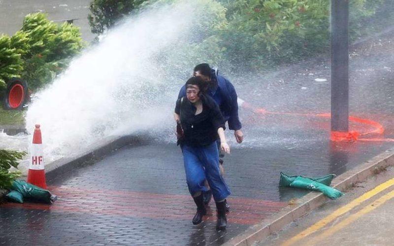 Тайфун в Гонконге сегодня: мощная стихия разрушает все на своем пути (видео)