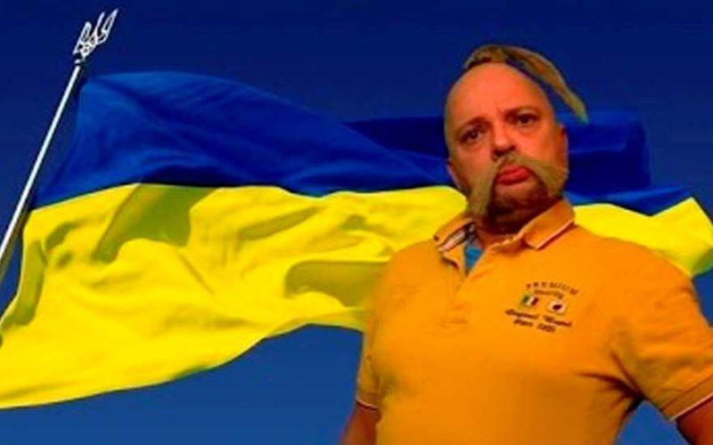Хохол на фоне украинского флага
