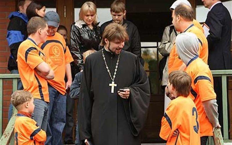 Священнику Глебу Грозовскому предъявлено обвинение в изнасиловании трех школьниц