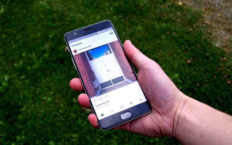 смартфон с приложением Instagram