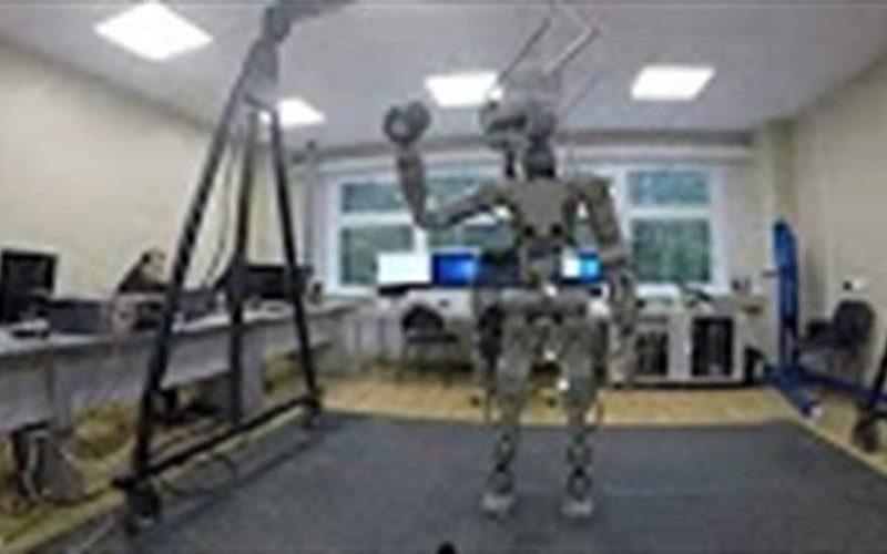 Вице-премьер России показал робота Федора, который должен полететь в космос
