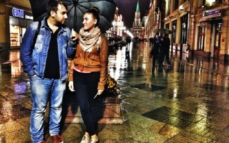 влюбленная пара под зонтом