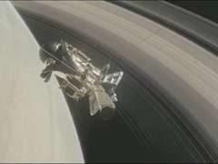Зонд «Кассини»: Сатурн впервые «позволил» пролететь между собой и кольцами