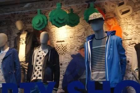 Манекены в витрине магазина