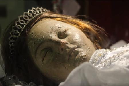 стоп-кадр видео об ожившей мумии