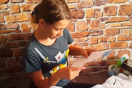Девочке пришла посылка с письмом