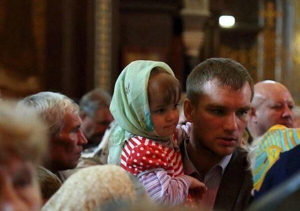 Очередь к мощам Святого Николая Чудотворца с детьми