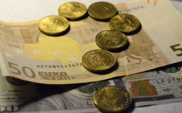 Курс доллара и евро в Москве на сегодня 10.06.2015 «трещит по швам», а рубль рвется в бой, эксперты прогнозируют падение рубля на конец недели. Мнение экспертов относительно рубля, нефти, доллара и евро.