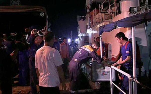 РОссийские водолазы совершили 6 погружений в районе падения самолета AirAsia
