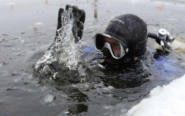 Водитель грузовика, провалившегося под лед, пропал