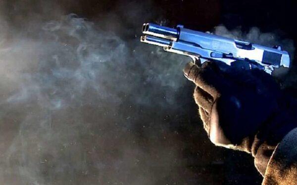 выстрелил из пистолета