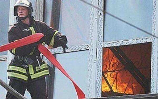 В здании Минобороны РФ загорелся строительный мусор