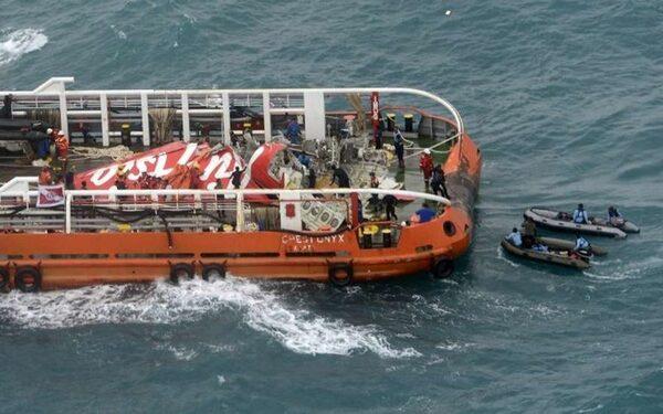 спасатели утверждают, что аэробус AirAsia взорвался в воздухе