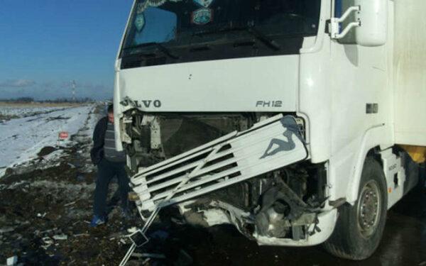 грузовик врезался в легковушку