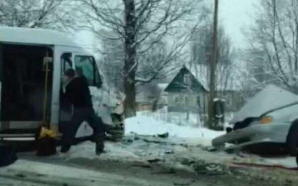В Ленобласти смертельное ДТП: столкнулись микроавтобус и «Лада», легковушку порвало ФОТО