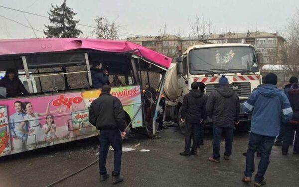 В центре Алматы неуправляемый пассажирский автобус протаранил 11 машин и врезался в мусоровоз
