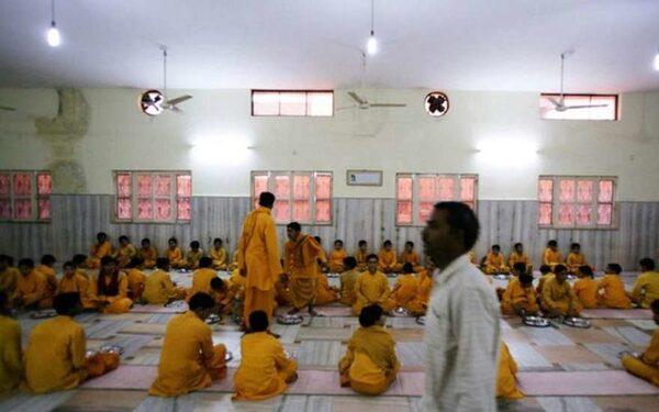 В Индии «шикарный гуру» кастрировал 400 человек в своем храме