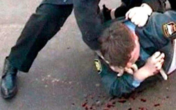 В Омске два пьяных уголовника избили полицейского