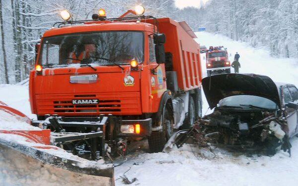 В Карелии снегоуборочный КАМАЗ протаранил  легковушку