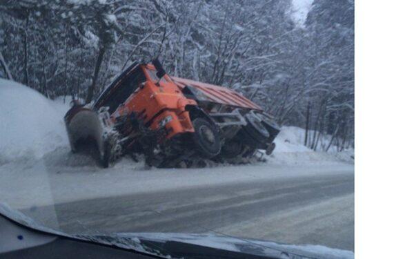 В Карелии снегоуборочный «КамАЗ» опрокинулся в кювет