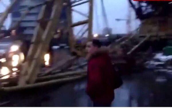Башенный кран упал на проезжую часть рядом с «Москва-Сити»