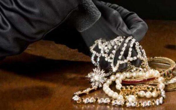 Вся полиция Гонконга занято розыском девочки, укравшей бриллиантовое колье