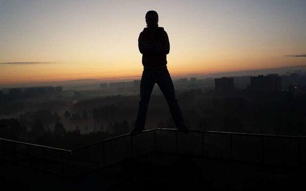 Человек на крыше