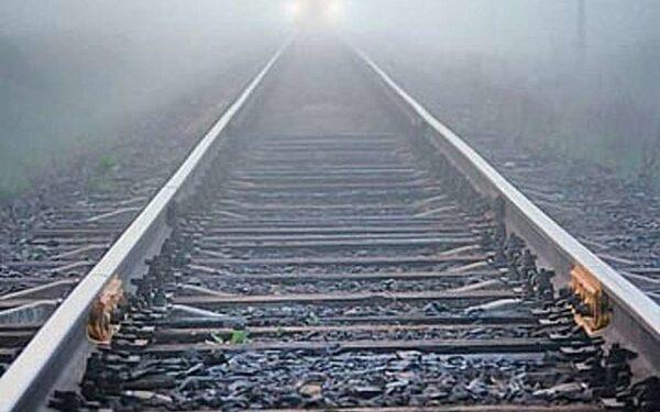 На юге Волгограда пассажирский поезд сбил насмерть неизвестного мужчину
