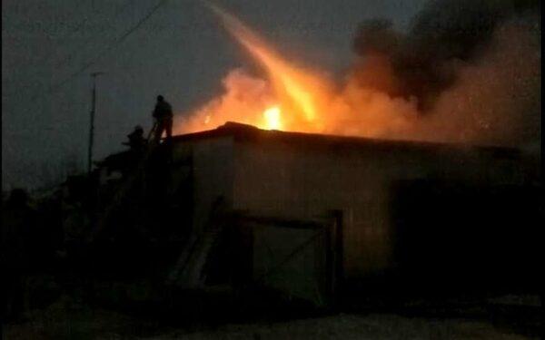 В Хабаровске полностью сгорел огромный склад автозапчастей