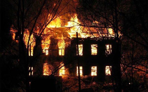 В Подмосковье в сгоревшем доме обнаружены тела троих убитых мужчин