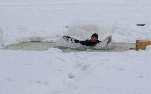 В Финском заливе лыжник провалился под лед