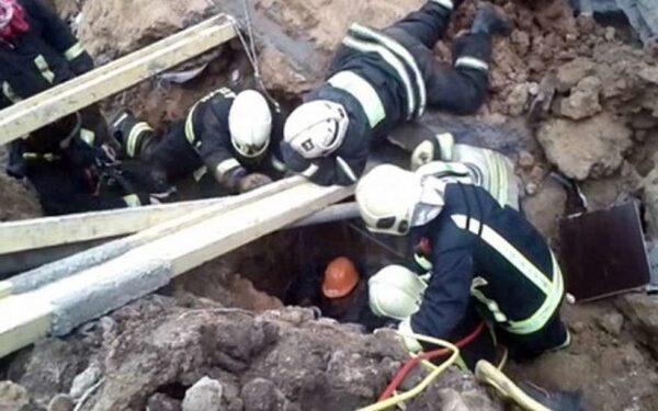 В Державинске двое рабочих погибли под обрушившимся грунтом во время ремонта водопровода