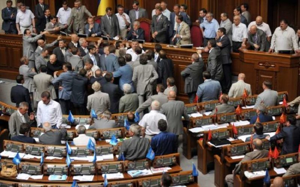 Депутаты Верховной Рады пришли на заседание с плакатами: «Я – Волноваха» - ФОТО