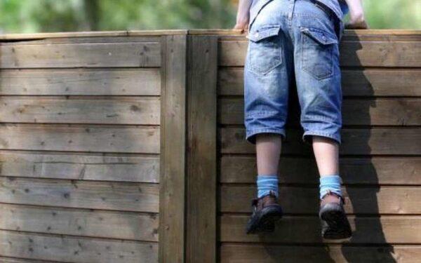 В Новгородской области 4-летний мальчик погиб, перелезая через забор