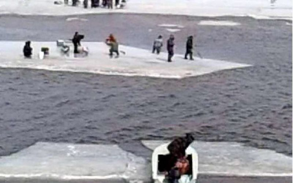 На Кубани спасатели сняли с тающего льда лимана 170 рыбаков