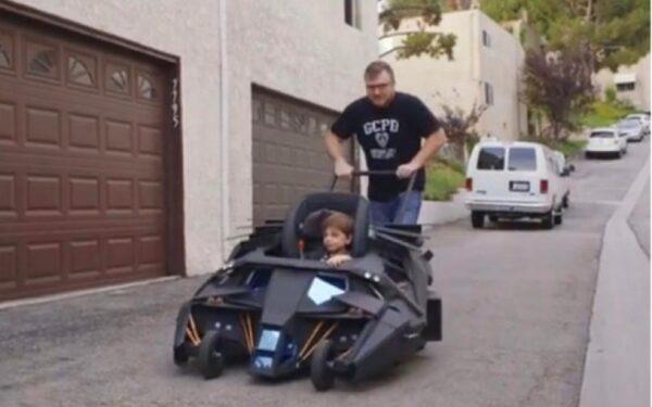 Франция: отец катает сына на коляске, которой бы позавидовал Бэтмен ФОТО
