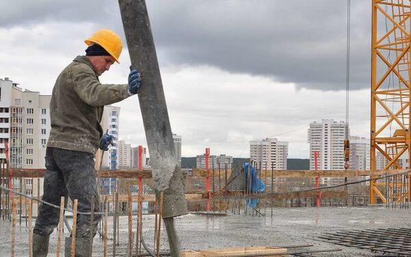 Красноярск: рабочих снесло подъемным краном с 15-го этажа