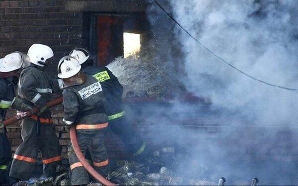 В Свердловской области сгорел аварийный дом, 8 человек отравились угарным газом