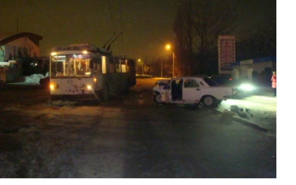 В Таганроге пьяный водитель на «Волге» протаранил троллейбус