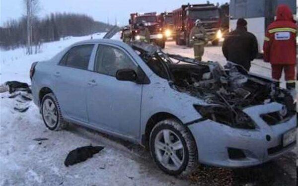 Toyota Mark II влетел под грузовик, три человека погибли