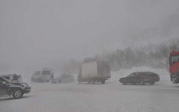 В Ленобласти на федеральной трассе «Кола» километровые пробки: в двух ДТП погибли три человека, 11-летний ребёнок ранен